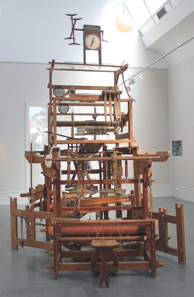 Centralt i utställningen i Dalarna är daladrällen och vävstolen. Här en gemensam installation som de åtta konstnärerna ligger bakom. (Foto FAS)