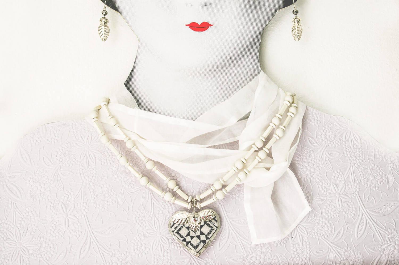 Halsband av Karin Ferner, finns att se i hennes pågående utställning på Sadelmakarlängan i Österbybruk just nu. (Foto Sadelmakarlängan)