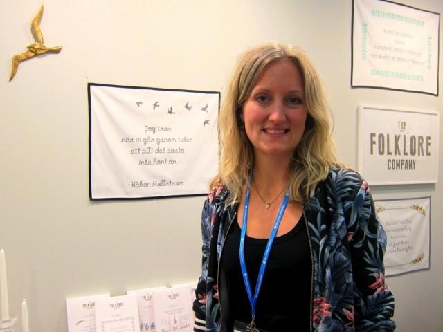 Här är Sofia Magnusson som driver The Folklore Company, företaget som hjälper dig brodera vad du vill - kanske en Håkan Hellström-strof?  (Foto Kurbits)