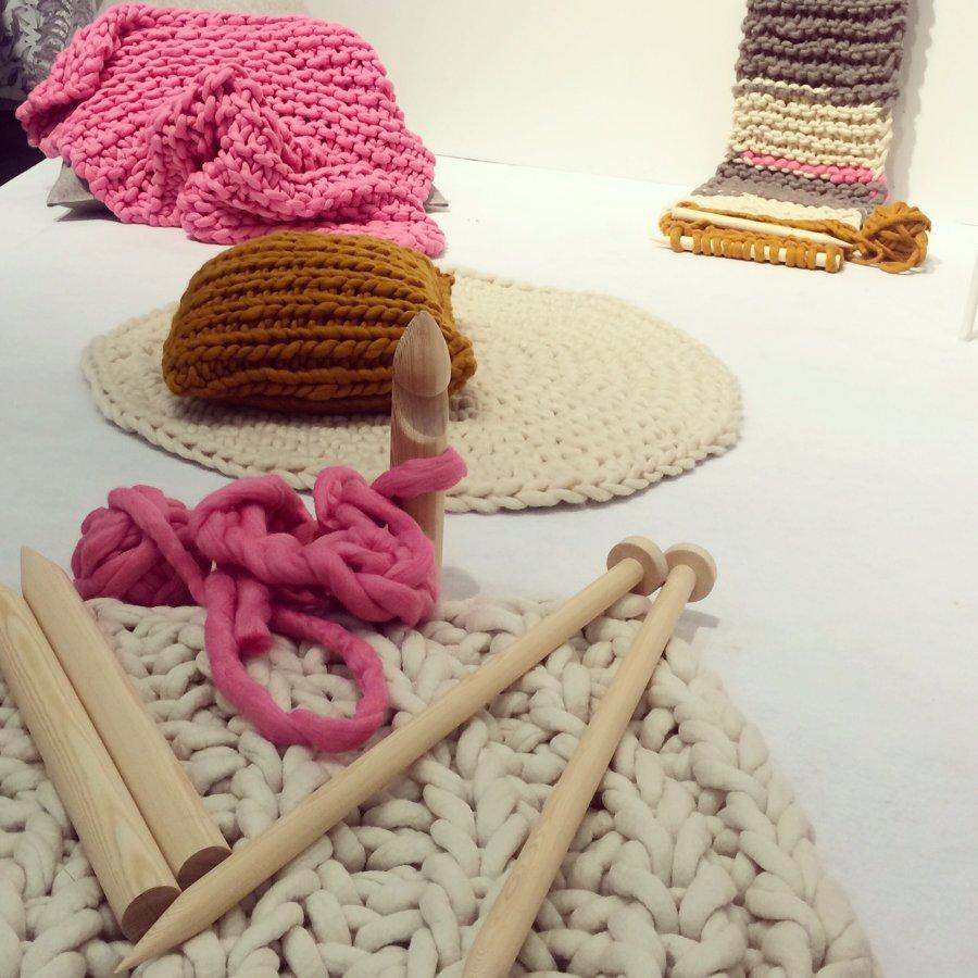 Finska Tjockt stickar stort! Mattor, puffar, plädar -  men också halsdukar. Allt för hand i olika kvaliteter av ull från finländskt spinneri. Kul! (Foto Kurbits)