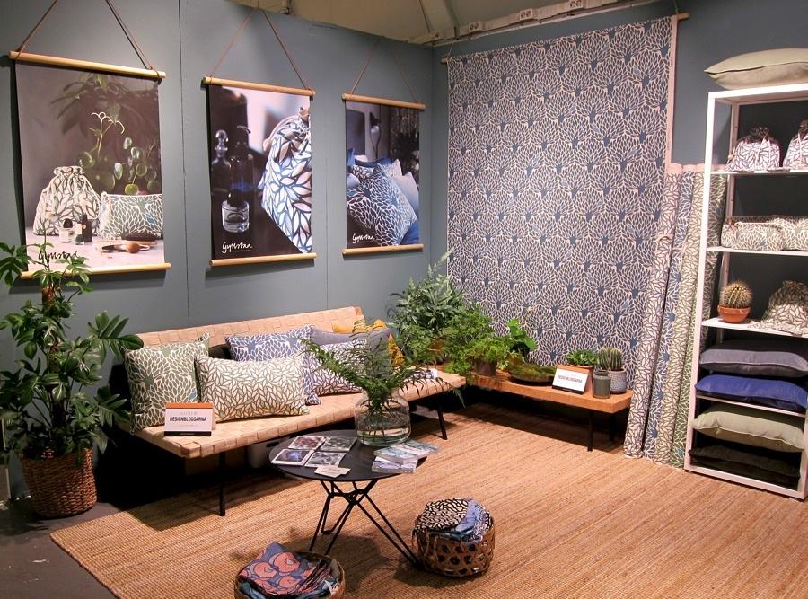 Apropå mönster, textil och färger. En favoritmonter att besöka - Ulrika Gyllstads mixningar och matchningar av sina mönster, former och nyanser är en fröjd, här i en dov blågrågrön som var ljuvlig, och svårfångad! Bilden återger inte riktigt verkligheten.  Ulrika formger och trycker upp i Sverige, metervara men också i produkter. (Foto Kurbits)