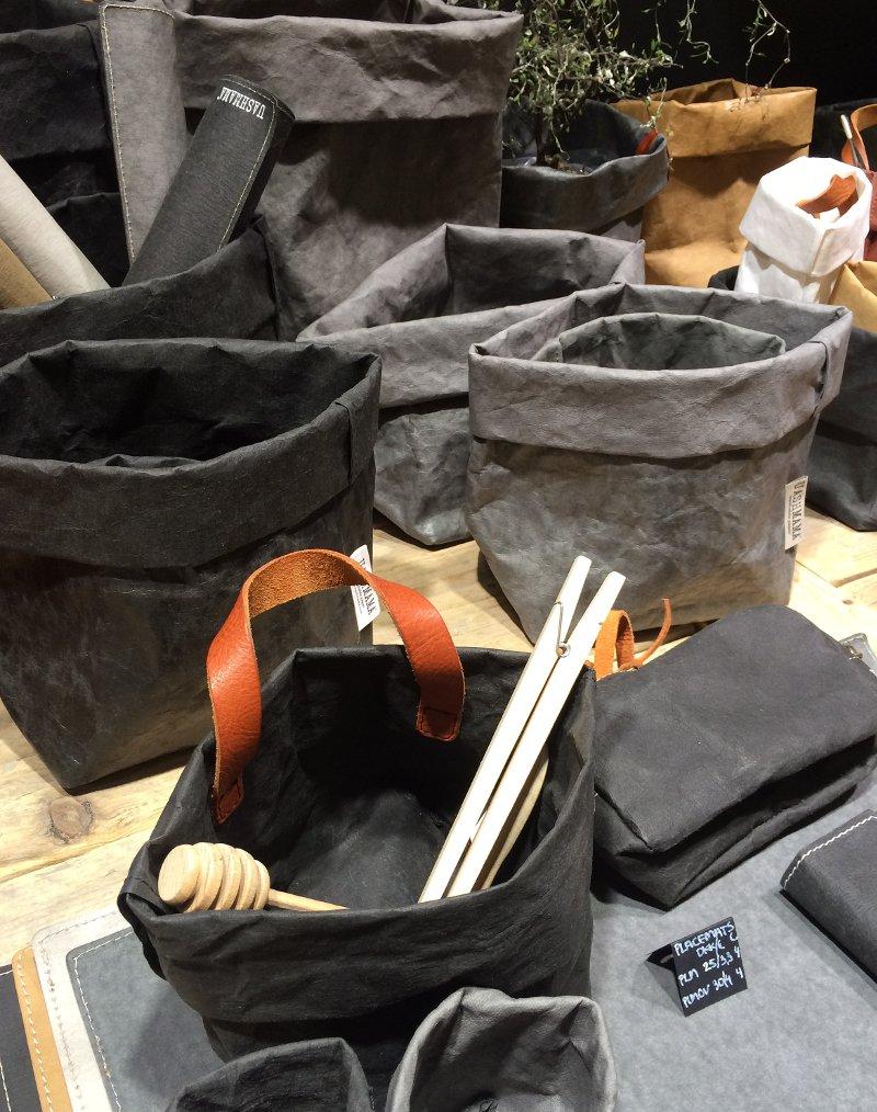 """Ett annat material - populära Uashmama hade stilig monter; """"feels like leather, wash like fabric, made of paper"""" är ju deras slogan. Självförklarande - och fint! (Foto Kurbits)"""