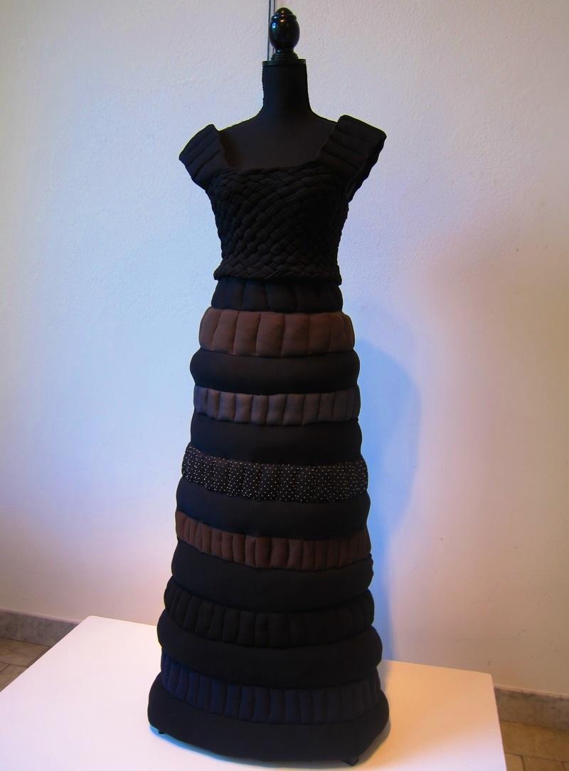 Ett stort antal strumbyxor senare gjorde att klänningen kunde skapas. Johanna Törnqvist har sytt, i pågående utställningen Project Precious Trash. (Foto Kurbits)