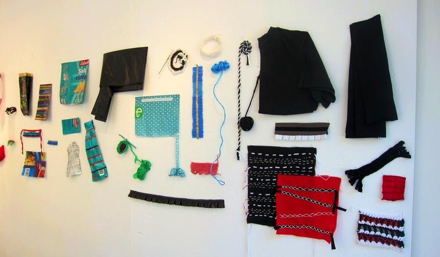 Detalj av utställningens workshopdel, där skräp förvandlas till kläder eller föremål. (Foto Kurbits)