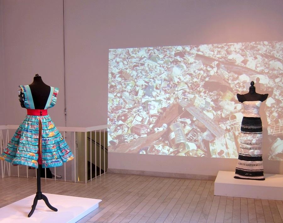 Utställningsrummet på Handarbetets Vänner, som visar Johanna Törnqvists lågmälda men mycket drabbande projekt, en handfast kommentar till sättet vi konsumerar idag. (Foto Kurbits)