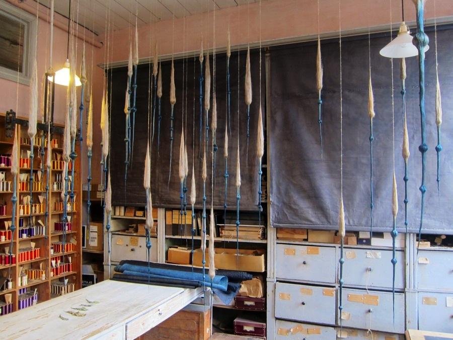Jeanette Schärings verk Tidlös färg, tidlöst vatten är det första man som besökare möts av i utställningen Mönster och färger, på Almgrens Sidenväveri just nu. Skynda dit - utställningen pågår bara till och med lördag! (Foto Kurbits)