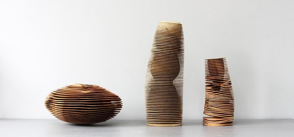 Ek och äppelträ är återkommande material som Christoph Finkel använder i sina arbeten. Svarv och handverktyg gör dessa former, kolla in mittenvasens inre form också, galet! (Foto Berg Gallery)