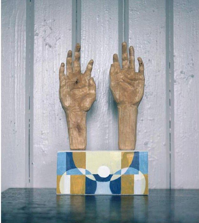"""""""Händer"""" skulptur i massiv björk, av Ulrika Roslund Svensson. Ingår i den pågående julauktionen. (Foto Ulrika Roslund Svensson)"""
