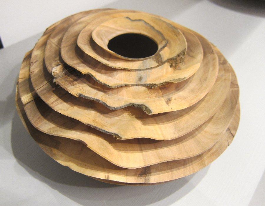 Också äpple. Se hur fint han arbetar runt håligheter och befintliga skador i träet, det blir till extra delar i helheten. Christoph Finkel på Berg Gallery alltså. (Foto Kurbits)