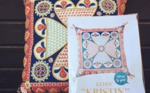 Kitet Kristin innehåller allt du behöver för att brodera din kudde själv. Kitet är komponerat och gjort av brodösen Karin Derland. (Foto Karin Derland)