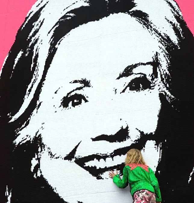 Olek med en virkad Hillary Clinton, i ett verk som sattes upp i natt. (Foto @oleknyc)