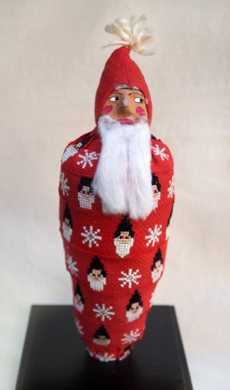 En finurlig tomte i mumifierat skick, á la Karin Ferner. Finns att se på den julutställning som öppnar på Leksands kulturhus imorgon. (Foto Ingela Sannesjö)