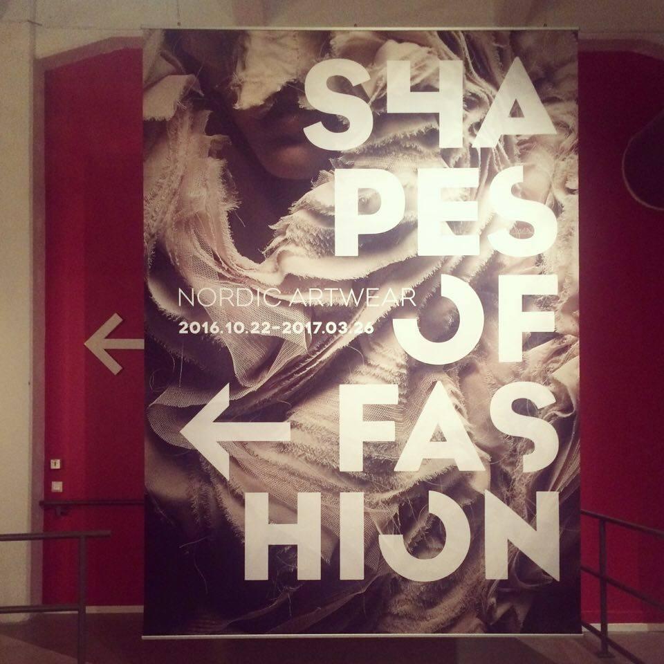 Entrén till utställningen Shapes of Fashion, just nu på Textilmuseet i Borås. (Foto Kurbits)