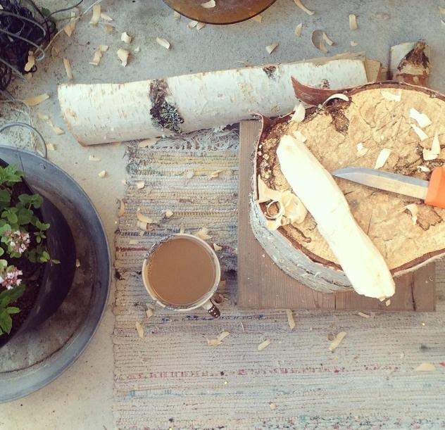Mitt eget väckta intresse för täljning - huggkubben och knivarna fick följa med från landet till balkongen i höstas. (Foto Kurbits)