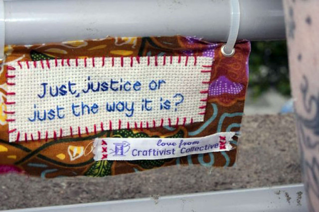 Mini protest banner signerad Craftivist Collective. (Foto Craftivist Collective)