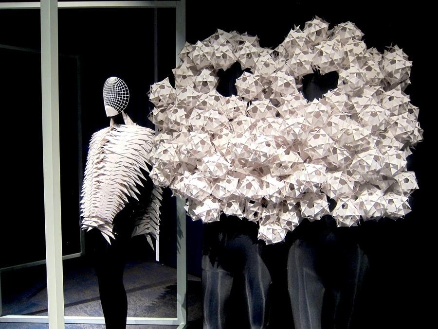 Bea Szenfeld är en av de medverkande, med sina fantastiska pappersskulpturer. (Foto Kurbits)