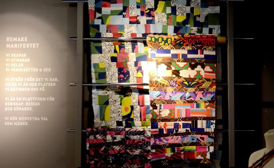 Hopsydda spillbitar som säljs i Remakes butik på metervara. Både i mönstrat tyg och i denimtyg. Till vänster Remakes manifest. (Foto Kurbits)