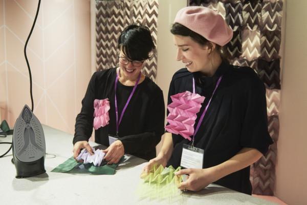 Färg! Och viktning! Här Handarbetets Vänners experter som lär ut hantverk till ivriga besökare. (Foto Formex)