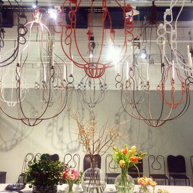 Agneta Törnqvists sätt att göra stort, rejält och nytänkande traditionellt i dessa ljuskronor gillade jag. (Foto Kurbits)