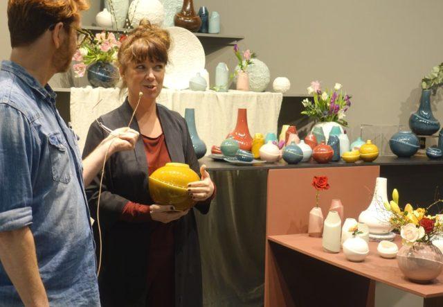Anna Elzer Oscarsson med mässans färgstarkaste monter (?) - jättefin med strålande fina produkter förstås. Jag fick höra mer om hur hon designar sina föremål i 3D-program och hur de senare gjuts av 3D-printade formar. Superspännande! Här pratar hon med Stefan Nilsson. (Foto Kurbits)