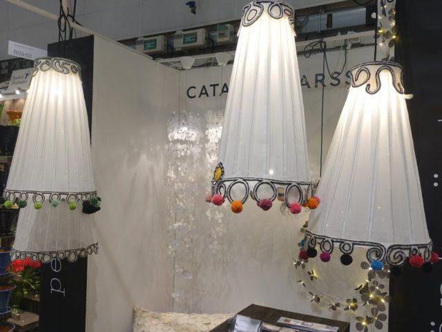 I Konsthantverkscentrums gemensamma monter fanns Catarina Larssons nya lampa - nålfiltad med pompombollar! Kan det bli bättre? Lampan heter Tove och är sprillans ny. (Foto Kurbits)