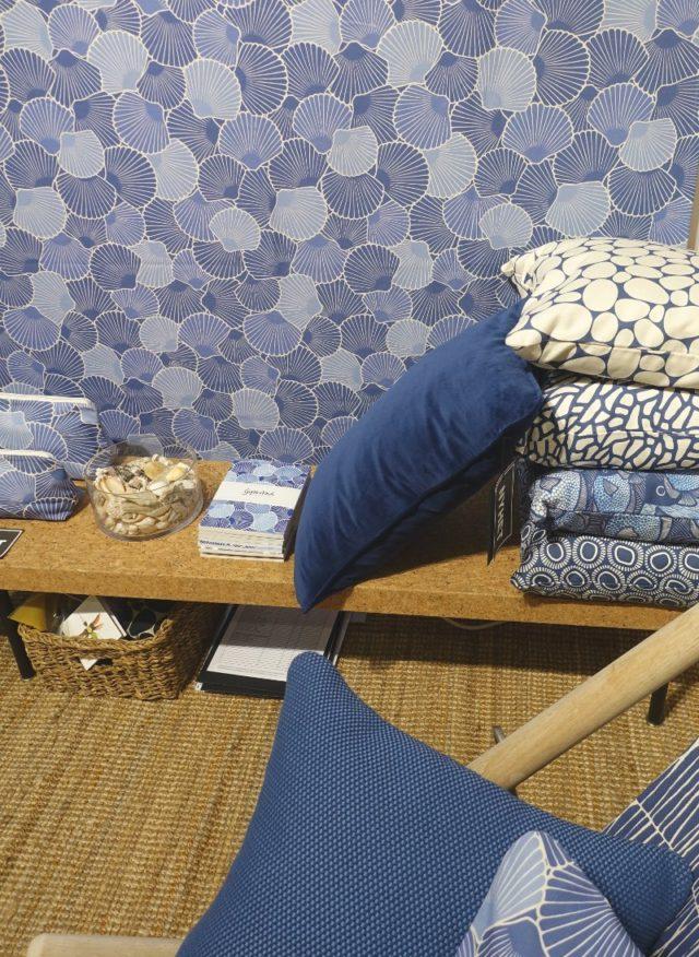 Gyllstad med nya blå nyanser och mönster, samt i enfärgat närmast. Den senaste med tyg vävt i Sverige, berättade Ulrika Gyllstad. (Foto Kurbits)