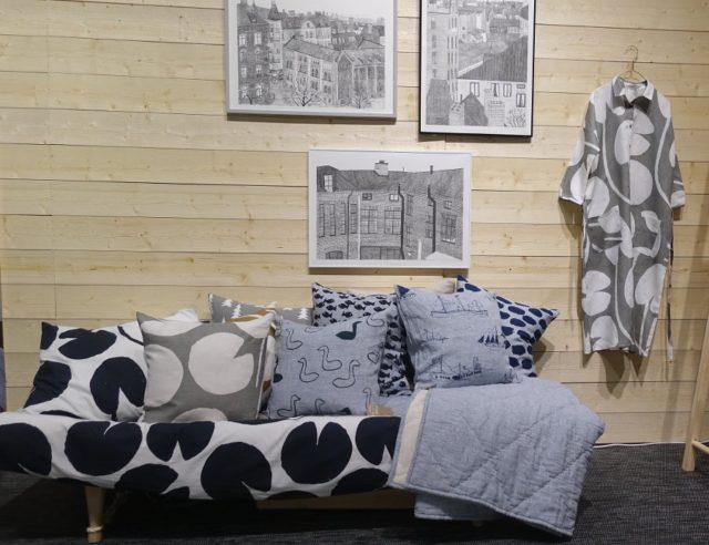 Fine Little Days fina soffa fylld med gråblåskaliga mönster och motiv. Svankudden en favorit! (Foto Kurbits)