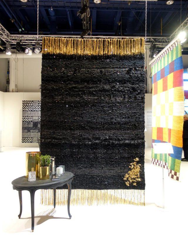 Magnus Skogsbergs och Mimmi Smarts matta i den fina utställningen om korsningen mellan mattföretag och konstnärer/formgivare. Här vävd på HV och gjord av Skogsbergs och Smarts egna kläder från sina garderober. Baksidan visar klädlapparna. (Foto Kurbits)