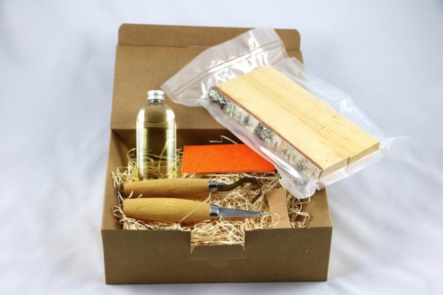 Täljograms startlåda innehåller de verktyg du behöver för att komma igång, samt vaakumförpackat trä. (Foto Täljogram)