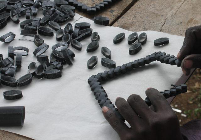 Grytunderlägget Moto, runda ringar av cykelslang viks ihop med origami-teknik. (Foto Taste for Waste)