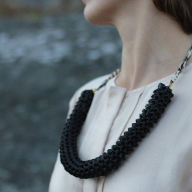 Halsbandet Tigo stickas, sys ihop och länkas samman med afrikanska handgjorda pärlor. (Foto Taste for Waste)