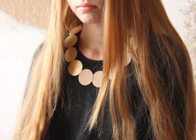 Halsband i plywood, av finska Inni. (Foto Inni Pärnänen)