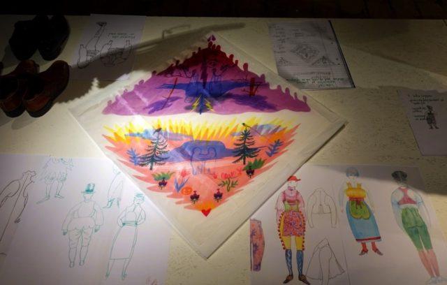 Ida Björs är även en skicklig illustratör och avänder också skisserna i sin utställning, här på papper och också måleri på siden i sjalar. (Foto Kurbits)
