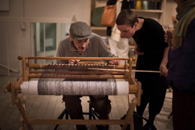 Rosa Tolnov Clausen i färd med att instruera en besökare i hennes Weaving Kiosk, just nu på Handarbetets Vänner i Stockholm. (Foto Julia Landgren)