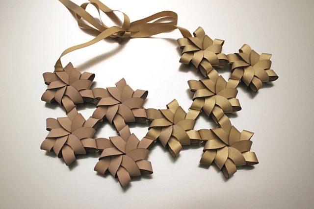 Blommor i läder bildar detta spännande halsband, av finska smyckekonstnären Inni Pärnänen. (Foto Inni Pärnänen))