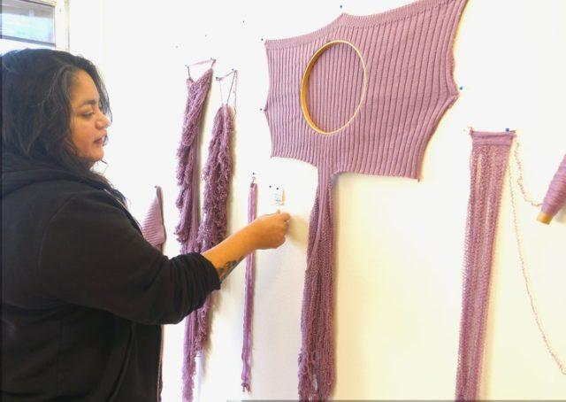 En tröja repas upp och kartläggs genom Lisa Fälts försorg. Nyligen hade hon mejlat Filippa K som producerat tröjan för att få veta mer om material och tillverkningsmetod och plats, men inte fått svar. (Foto Kurbits)