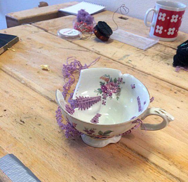 Lisa Fält lappar och lagar, här broderar hon ihop en kopp. (Foto Kurbits)