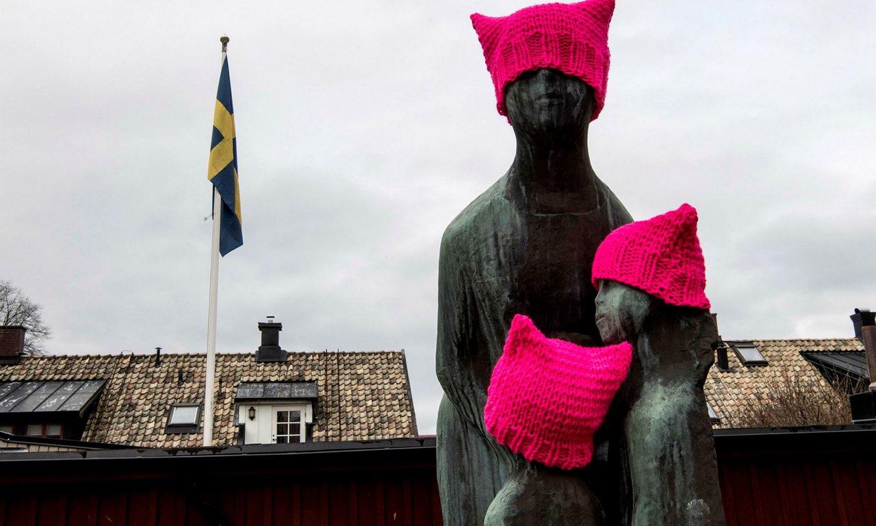 Pussyhats uppsatta inför Internationella kvinnodagen förra veckan, gjorda av Hedvig Wendelbo-Hansson, omskriven i en artikel i Helsingborgs Dagblad, se länk nedan. (Foto Niklas Gustavsson, hd.se)