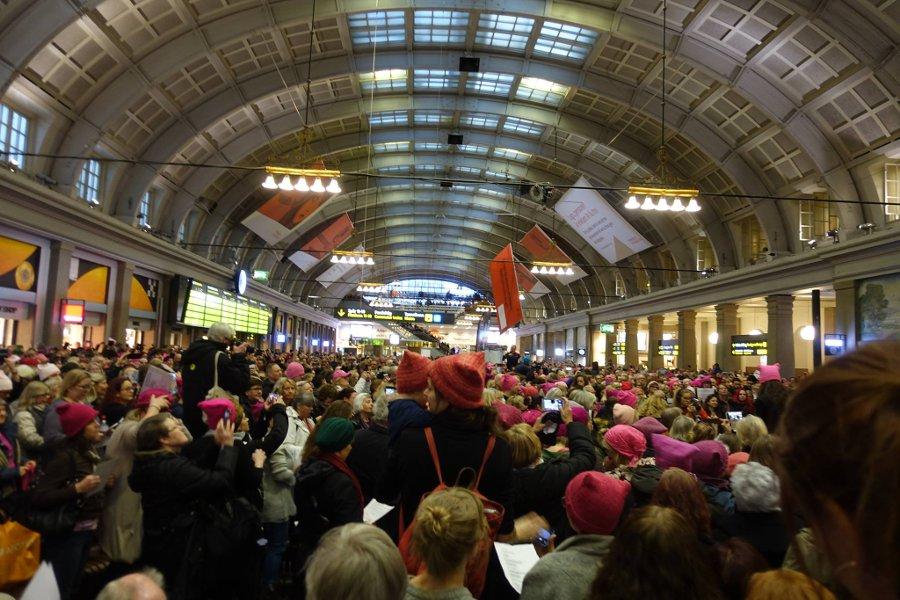 Från förra veckans flashmob på Stockholms centralstation, där vi var tusentals som sjöng I Can't Keep Quiet i våra rosa mössor. (Foto Kurbits)