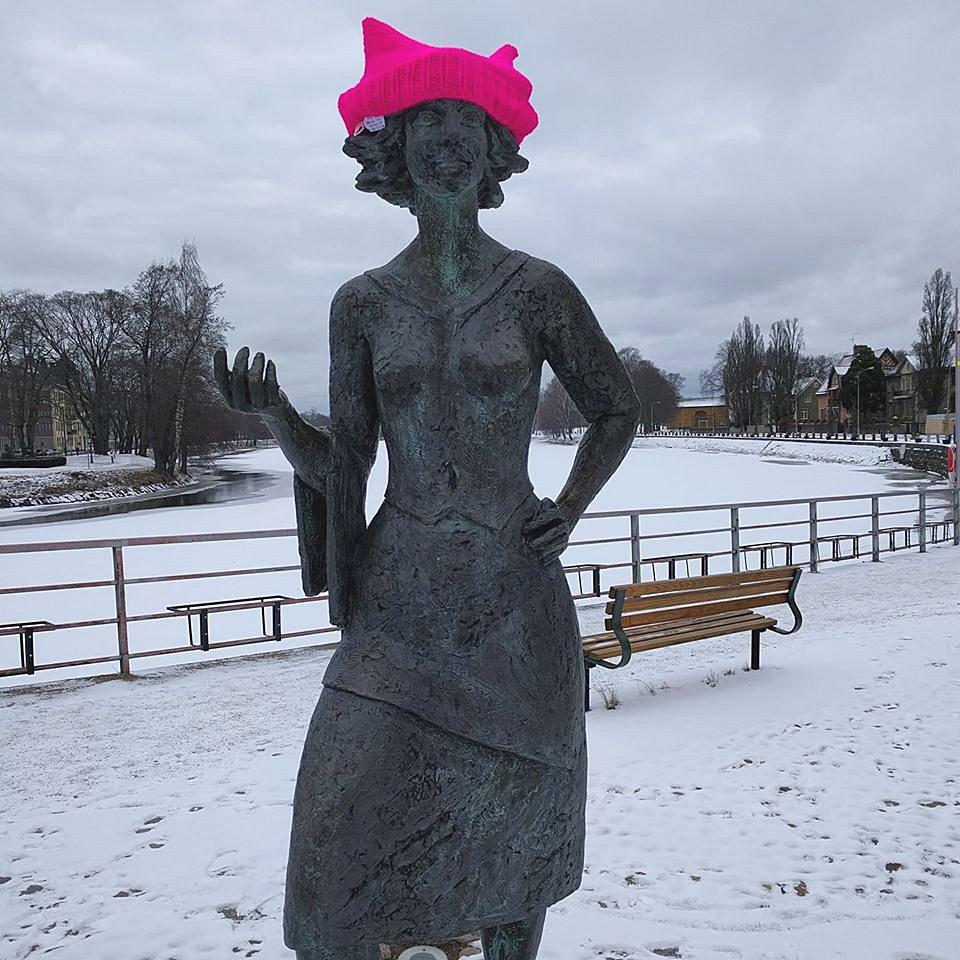 Gerillaslöjdare som låtit en kvinnostaty få en rosa musmössa för att uppmärksamma internationella kvinnodagen förra veckan. (Foto hämtat ur gruppen Gerillaslöjdare Unite!)