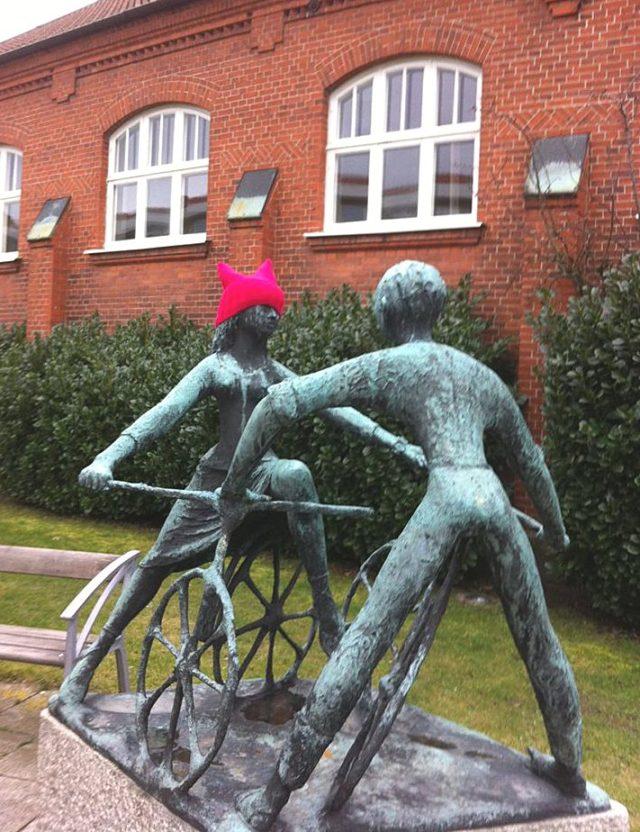 Ytterligare ett exempel på en staty med mössa, hämtad ur facebookgruppen Gerillaslöjdare Unite! Gå gärna med i gruppen, här finns många fantastiska verk att ta del av!