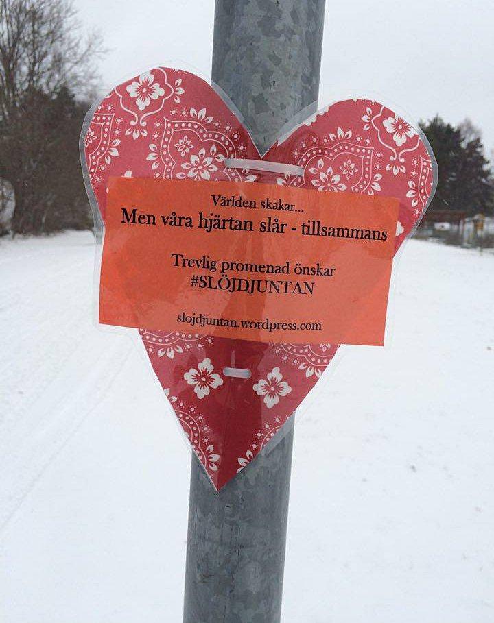 Avsändarna på slöjdpromenad i söderförorterna Bagarmossen och Skarpnäck - Slöjdjuntan gerillaslöjdar. (Foto Kurbits)