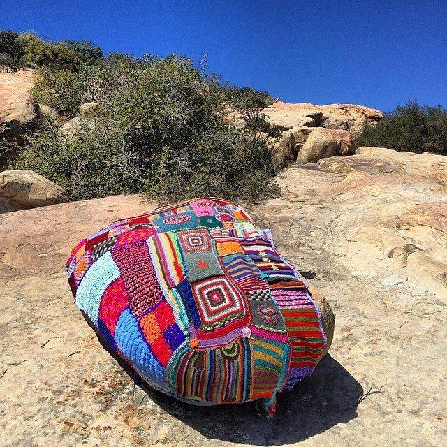 Från ett av Yarnbombers tidigare projekt, ett gäng stenar vid Lizard's Mouth blev med hjälp av den globala garncommunityn inklädda. (Foto Stephen Duneier/Yarnbomber.com)
