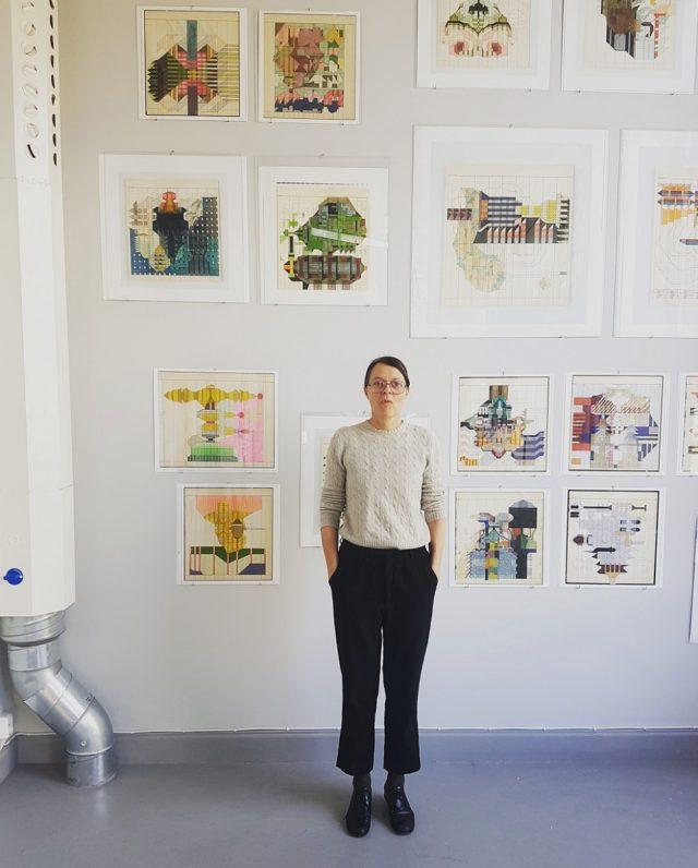 Cilla Ramnek själv framför väggen med verken Organiserade intryck, i utställningen Rum är tid, som visas på Berg Gallery i Stockholm just nu. (Foto Berg Gallery)
