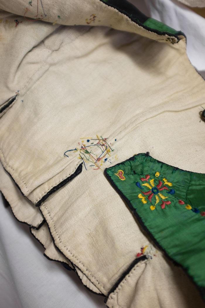 Fyllebroderi - inspirationen av dräktdelens baksida gav upphov till mönster till ytterligare en tröja i kollektionen Väva Spis. (Foto Elisabeth Dunker)