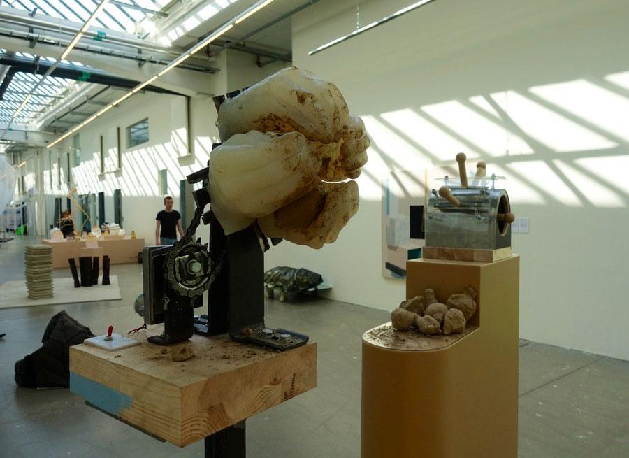 Den förlorade känslan, arbete av industridesignstudenten Erik Hidemark. Maskinen är en kommentar till hur industrin vill efterlikna hantverk utan att ta hänsyn till det som gör hantverket levande - händerna. Intressant sätt att belysa frågan. (Foto Kurbits)