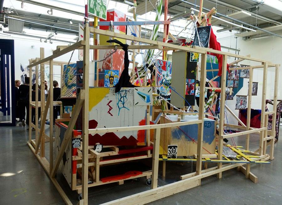 Vi började här - Joran Stamatakakos stora installation är nästan det första som möter besökaren av Konstfacks examensutställning i år. (Foto Kurbits)