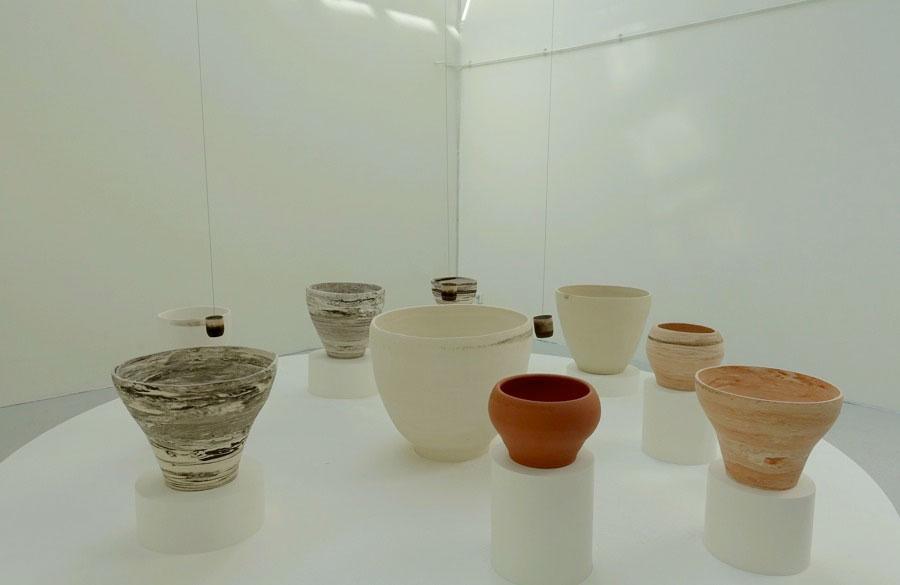 En av mina favoriter - Kyung Jin Chos ljudinstallation med slumpmässiga pendelslag mot keramikkärl. (Foto Kurbits)
