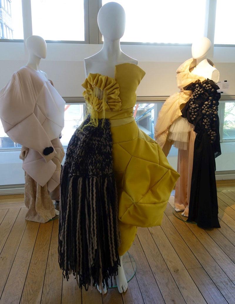Malin Delin, Mode, undersöker kläders effekt - vad händer om man matchar mysbyxor med finklänning? Och vad gör det med mig som bärare? Spännande både i idé och materialmixning. (Foto Kurbits)