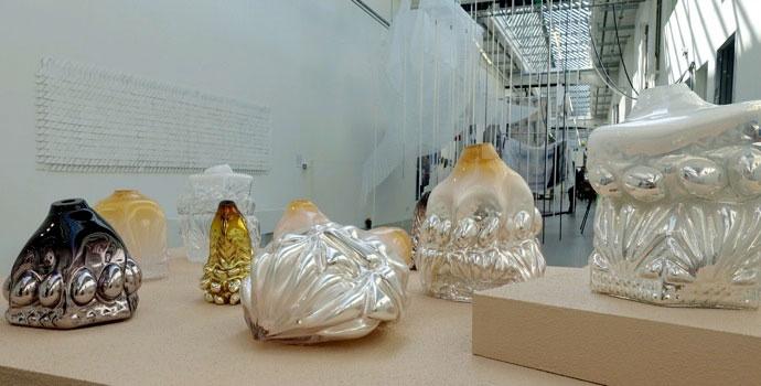 Hanna Hansdotter, som i glas reflekterar kring hantverk, material och tradition i relation till produktion, och hur det tar sig uttryck och gör avtryck i glasobjektet, som som hon beskriver det. Fantastiskt vackert! (Foto Kurbits)